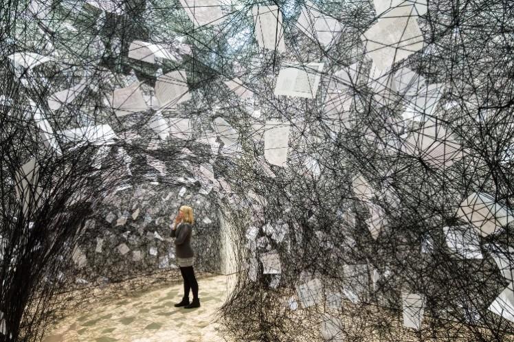 tn_750_500_Chiharu-Shiota-Love-Letters-2013-Installationsansicht-Kunst-Textil-Stoff-als-Material-und-Idee-in-der-Moderne-von-Klimt-bis-heute-Kunstmuseum-Wolfsburg-Courtesy-ARNDT-Berlin-.97c7be9ebdd6b142b154e57e6c1453d8