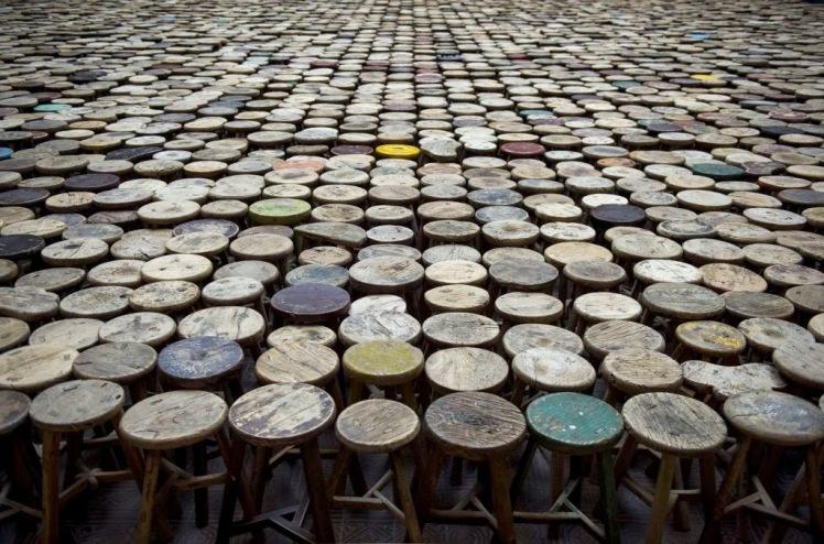 Tabourets, 2014 - 6000 simples tabourets en bois, dans la Lichtof du Martin-Gropius-Bau