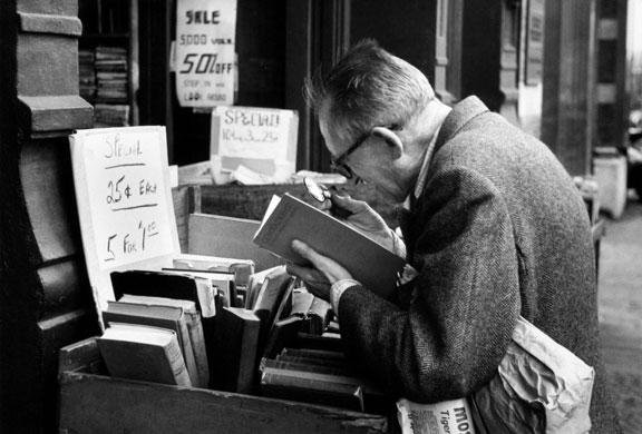 Andre-Kertesz-man-reading-002